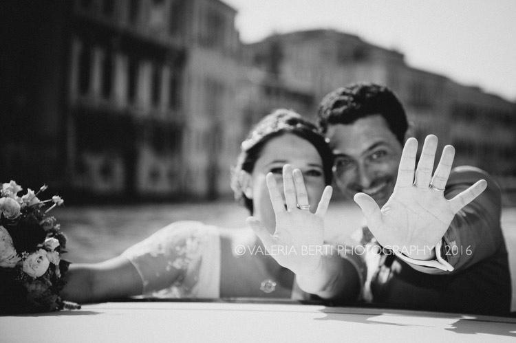 ritratti-sposi-venezia-gondola-001