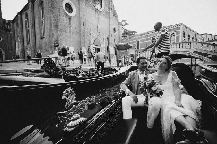 ritratti-sposi-venezia-gondola-012