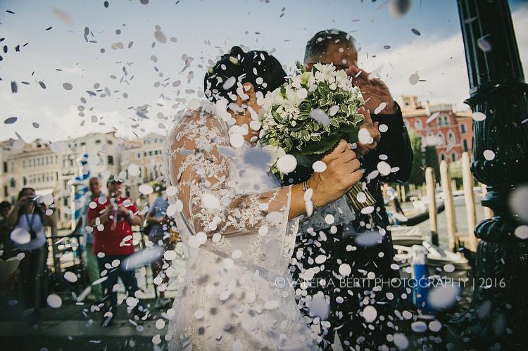 fotografo-matrimonio-venezia-uscita-sposi-002