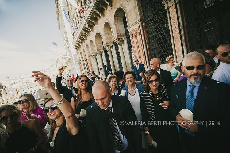 fotografo-matrimonio-venezia-uscita-sposi-003