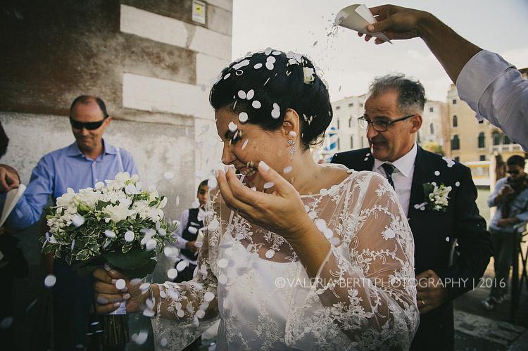 fotografo-matrimonio-venezia-uscita-sposi-004