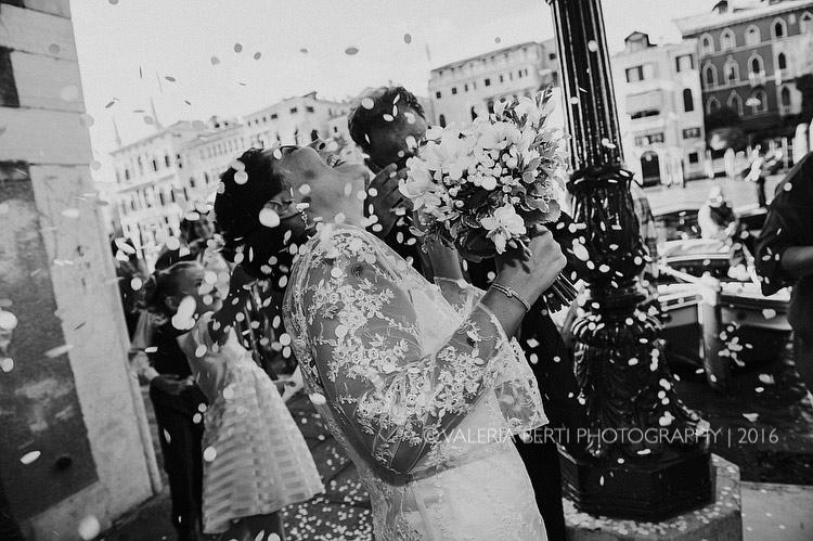 fotografo-matrimonio-venezia-uscita-sposi-005