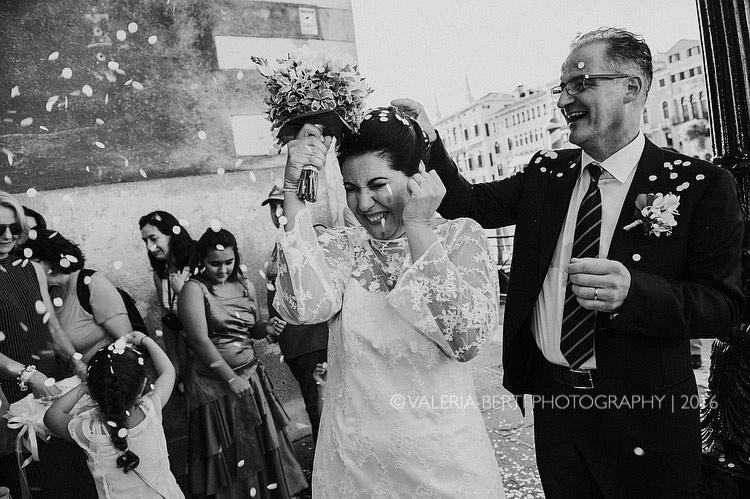 fotografo-matrimonio-venezia-uscita-sposi-006