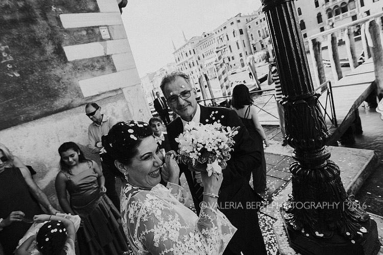 fotografo-matrimonio-venezia-uscita-sposi-007