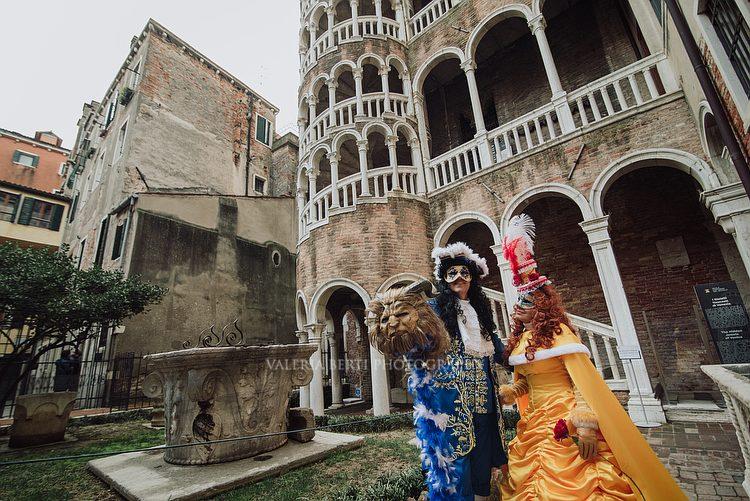 Ritratti In Maschera Carnevale  Venezia e Scala Contarini Del Bovolo